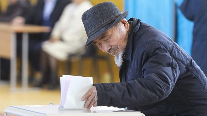A man casts his ballot during a snap parliamentary election in a village of Toretam, southern Kazakhstan, March 20, 2016. REUTERS/Shamil Zhumatov
