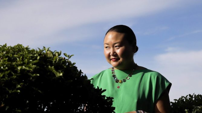 epa05548949 US writer Hanya Yanagihara poses during an interview on her book 'A Little Life' in Madrid, Spain, 20 September 2016.  EPA/Emilio Naranjo