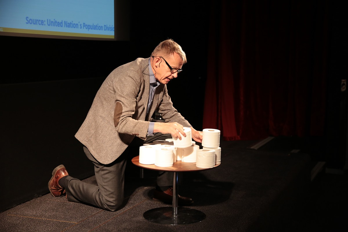 Hans Rosling med doruller. Foto Overseas Development Institute/Fickr cc