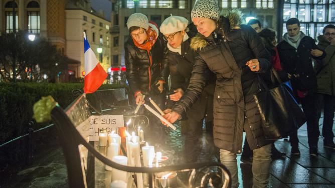 Folk er samlet til en markering utenfor Stortinget i Oslo onsdag kveld, etter at 12 personer tidligere på dagen ble skutt og drept under et angrep på lokalene til satiremagasinet Charlie Hebdo i Paris.  Foto: Fredrik Varfjell / NTB scanpix