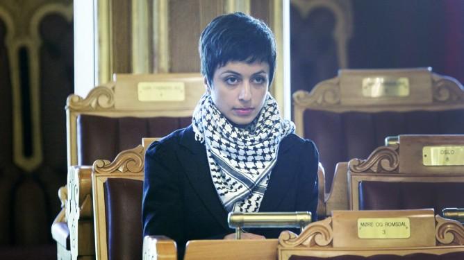 OSLO  20100601. Stortingsrepresentant Hadia Tajik (Ap) stilte tirsdag opp med Palestina-skjerf på Stortingets talerstol i protest mot Israel og for å markere solidaritet med sivilbefolkningen i Gaza. Foto: Erlend Aas / Scanpix