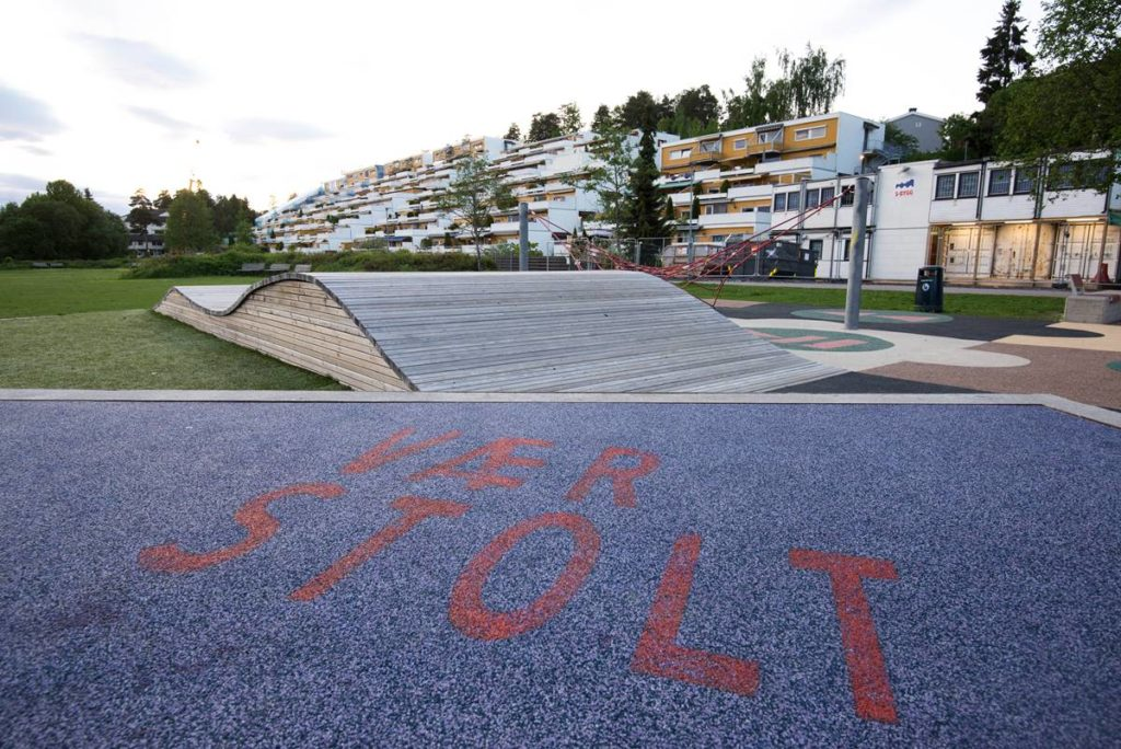 Lekeplassen minner barn og foreldre om å være stolte av Holmlia. Foto: Karstein Alvestad Skogseth