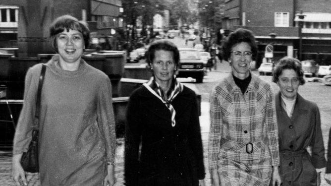 OSLO 1971 Kvinnekupp ved kommunevalget i 1971. Her kvinnene pvei inn i RÂdhuset: Torild Skard SF, Marie Larsson SP, Wenche Lowzow H, Eva Kolstad V, Ragnhild Solli Kr.F, Eldrid Nordb¯ A, Kari Kromann SEL. Foto: Ivar Aaserud / Aktuell / Scanpix .
