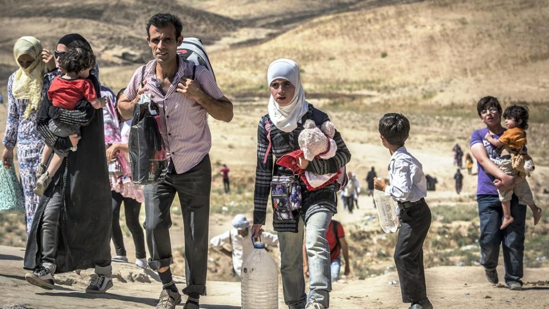 Mer enn 2,3 millioner syrere har flyktet fra hjemlandet. Bildet viser familier på vei fra Syria og inn i Nord-Irak. Foto: Christian Jepsen, Flyktninghjelpen  *** Local Caption *** Mer enn 2,3 millioner syrere har flyktet fra hjemlandet. Bildet viser familier på vei fra Syria og inn i Nord-Irak.