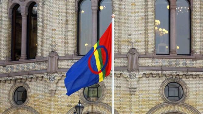 Det samiske flagget vaiet utenfor stortinget torsdag for f¯rste gang i historien,anlednigen var samisk nasjonaldag