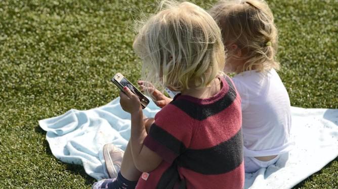 Barn og unges bruk av smarttelefoner og nettbrett har hatt en eksplosiv vekst, ifølge Medietilsynet som la fram Barn og medier-undersøkelsene for 2014 mandag. (Foto: Vidar Ruud, ANB)  *** Local Caption *** Barn og unges bruk av smarttelefoner og nettbrett har hatt en eksplosiv vekst, ifølge Medietilsynet som la fram Barn og medier-undersøkelsene for 2014 mandag.