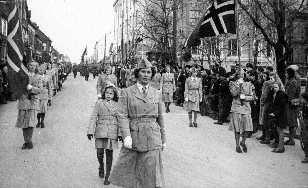 Lotter marsjerer i Tromsø i 1945.