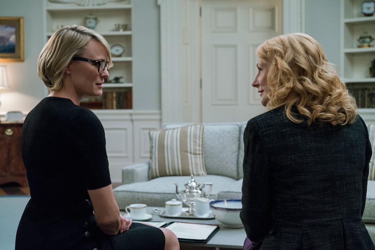 Patricia Clarkson (til høyre) er en mystisk og spennende figur som Jane Davis i sesong 5, men holder det? Foto: David Giesbrecht / Netflix