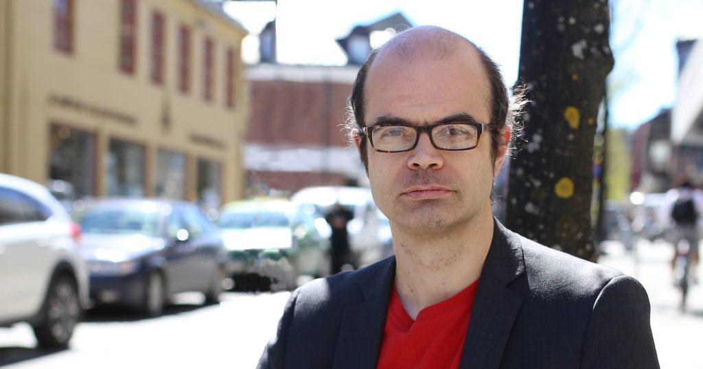 Hans Olav Lahlum i gågata i Gjøvik. For første gang stiller SV-politikeren som førstekandidat Oppland SV til stortingsvalg.