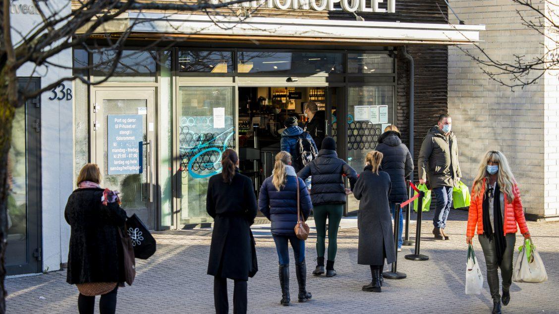 Oslo 20210123. Kø utenfor Vinmonopolet på Bekkestua lørdag formiddag. Regjeringen kom med nye tiltak som følge av utbruddet av det muterte koronaviruset i Nordre Follo og Oslo. Foto: Jil Yngland / NTB