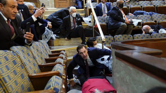 Donald Trumps tilhengere angriper Capitol Hill