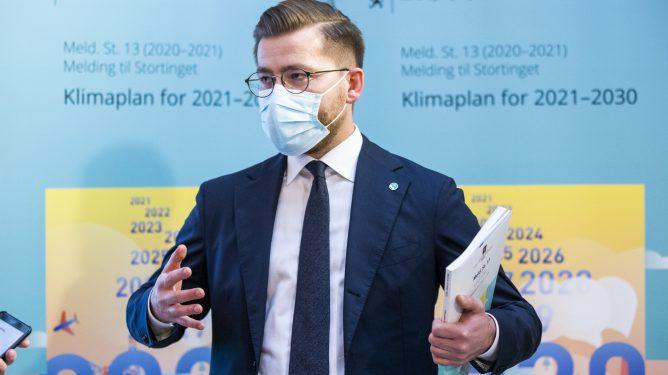 """OSLO, NORGE 20210108. Klima- og miljøminister Sveinung Rotevatn under presentasjonen av stortingsmeldingen """"Klimaplan for 2021-2030"""" Foto: Berit Roald / NTB"""