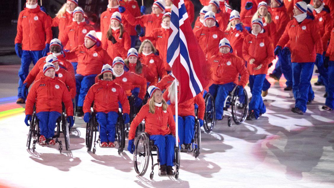 PYEONGCHANG, SØR-KOREA 20180309. Birgit Skarstein er flaggbærer for Norge under åpningsseremonien i Paralympics i Pyeongchang fredag. Foto: Jessica Gow/TT / NTB
