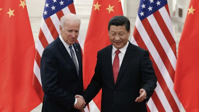 Kinas president Xi Jinping, right, og daværende visepresident i USA, Joe Biden i Beijing i 2013.
