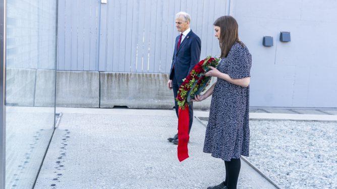 Oslo 20210501. AUF - leder Astrid Hoem og partileder Jonas Gahr Støre legger ned krans ved 22. juli-minnesmerket i regjeringskvartalet. Foto: Terje Pedersen / NTB
